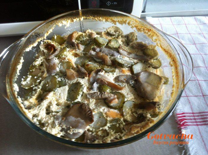 Пилешки пържоли с гъби и кисели краставички на фурна