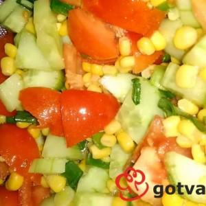 Салата с домати, краставици и царевица